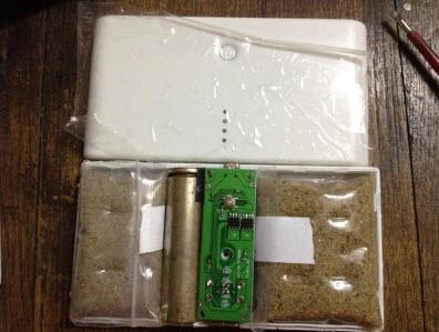 Sable dans une batterie externe pour tricher sur le poids